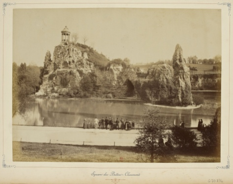 """Paris et ses environs 1890-1900 square des buttes chaumont"" by http://gallica.bnf.fr - Bibliothèque nationale de France, département Estampes et photographie, PETFOL-VE-1356. Licensed under Public Domain via Wikimedia Commons"